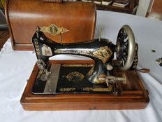 Singer sewing machine Series 28, equipped with a detachable wooden cover with key. 1902