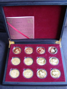 China - Various tokens 'Chinese Zodiac' (12 pieces) in nut wood box