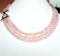 A 3-rowed necklace made of rose quarts with a 925/1000 silver clasp and divider pearls