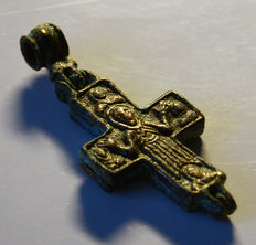 Medieval bronze reliquary / Crucifix with blue glass paste - black 60 x 27 x 7 mm