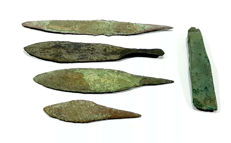 4 Bronze knifes & small Axehead - 63/105 mm (5)