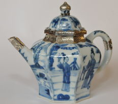 Multi-facetted blue and white teapot - China - 1700 (Kangxi era)