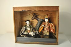 Lot with 2 Hina Ningyo puppets in a case with glass and tree - Japan - Early 20th century