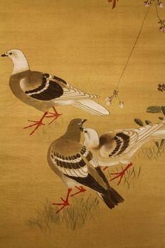 Scroll painting on silk of three pigeons under a cherry blossom signed with玉峰 (Gyokuho, 1821-1879) – Japan – ca 1850