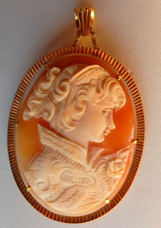 Old and large cameo pendant depicting a woman's profile, 18 kt yellow gold frame