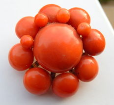 Brooch in 18 kt god and natural coral balls