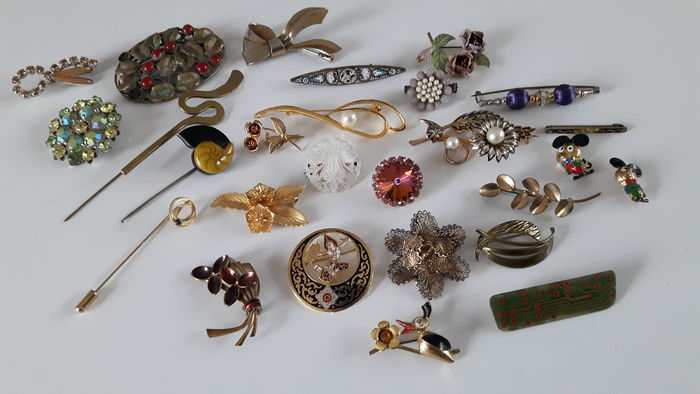 Lot of 27 vintage brooches