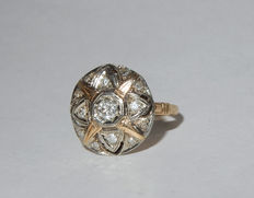 Antique gold ring with round plateau and star motif set with diamonds in pavé