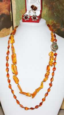Matching jewellery set (parure) – Necklace, earrings, and ring – Amber and silver – Total weight, 70 g.