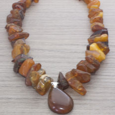 Large Baltic Amber Necklace with butter colour and cognac tear drop shape in the centre – NO RESERVE – 61.90 g