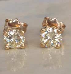 In new condition beautiful pair of 18 kt yellow gold solitaire diamond earrings with a total of approx. 1.60 ct of brilliant cut diamonds of L/VVS