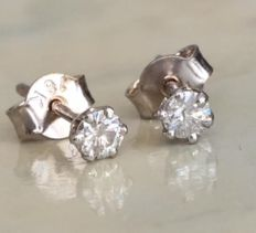 18 kt white gold solitaire diamond ear studs with in total approx. 0.20 ct brilliant cut diamonds