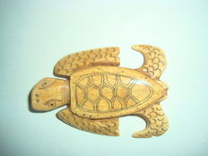 A bone turtle bead talisman - 58,5 mm