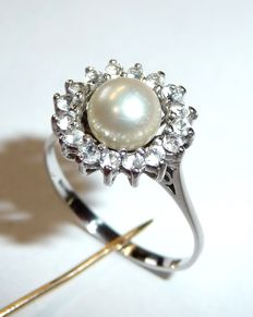 70s entourage ring in 18kt / 750 white gold with Akoya salt water pearls with rock crystal wreath