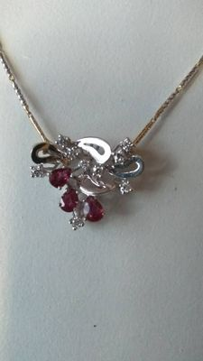 White and yellow gold chain (18 kt, 750/1000) with white gold pendant (18 kt, 750/1000) with ruby and diamonds