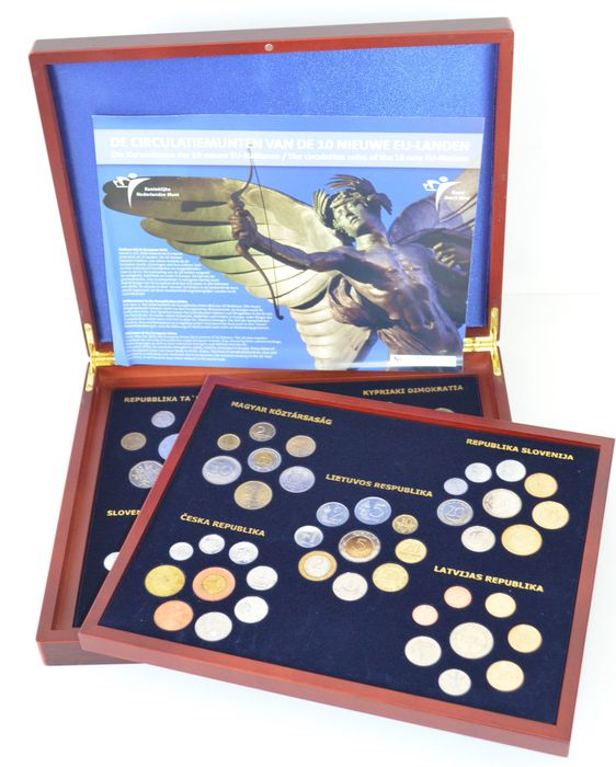 Europe - Yearsets (10 different ones) 2004 of new EU countries in a wooden box! Edition no. 0001/2004!