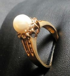 14 kt (585/1000) yellow gold ring with cultured Akoya pearl and diamonds