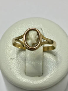 Antique Ring in Gold and Cameo 'No Reserve Price'.