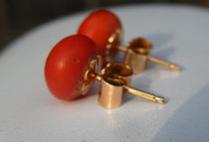 Earrings with natural coral cabochon mounted in 18 kt yellow gold