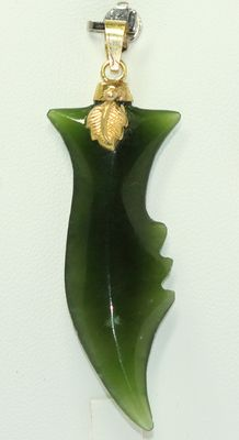 Gold pendant of 18 kt set with natural jade.