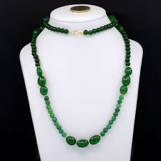 Emerald necklace with 18 kt/750 yellow gold clasp.