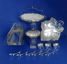 Lot of 17 silver plated objects.
