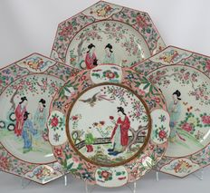 Lot with 4 famille rose plates - Japan - first half of the 20th century