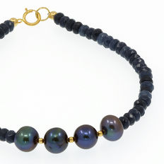 Bracelet composed of cultured peacock pearls with 18 kt yellow gold clasp.