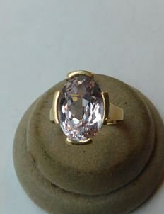 18 kt gold ring, with stone.