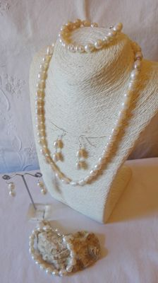 Set of 5 pieces of river pearls. necklace - 2 bracelets - 2 pairs of earrings. solid silver trim 925.