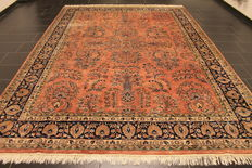 A beautiful handwoven Oriental Ziegler Sarough carpet, made in Pakistan at the end of the 20th century, 250 x 350 cm