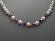 Pearl necklace with AA grade amethysts in 18 kt gold