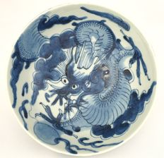 Dragon bowl with continuous décor of a flying dragon chasing a pearl – China – Yongzheng period (1722–1735)
