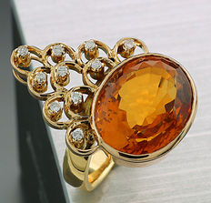 An extravagant citrine brilliant ring of 12.55 ct in total within 750 yellow gold -- No reserve price --