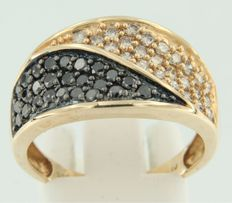 14 kt yellow gold ring set with champagne-coloured and black brilliant cut diamonds