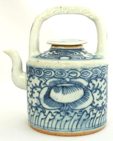 Wine Jug with floral décor and the original lid - China - Daoguang period (1820-1850).