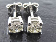 White gold earrings with 2 brilliant cut diamonds totalling 0.64 ct, colour I.