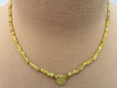 Roman necklace with yellow iridescent glass beads – 42 cm + 1.5 cm