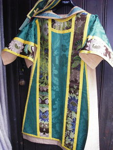 Set of 2 chasubles of silk with gold piping, 19th-century Flanders.
