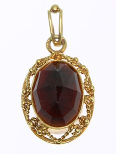 Gold pendant with one big garnet ± 8 crt - NO Reserve Price - anno 1960
