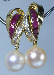18 kt  Yellow gold earrings with 12 rubies, zirconias and spherical cultured pearls.