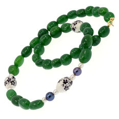 Necklace consisting of emeralds, pearls and cultured peacock pearls with 18 kt/750 yellow gold clasp