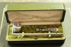 Full writing pen, inkwell and lacquer maker Gapais Vannes with hunting relief, royal crown and water plants. Year 1903.