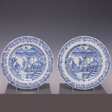 Beautiful pair of blue white porcelain plates - beautiful fine decorations of figures (scene of Western Chamber) - China - 18th century.