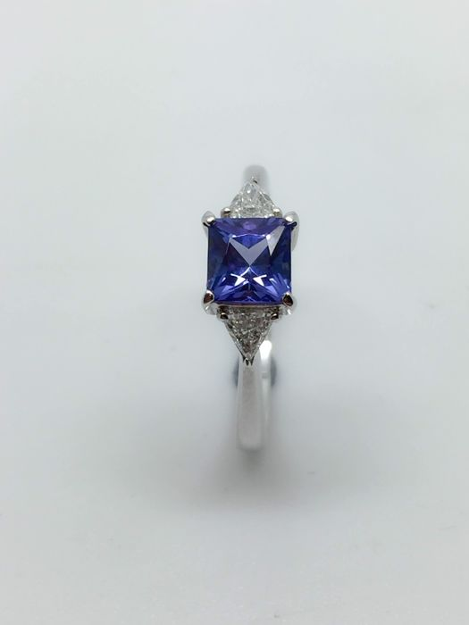 18k white gold tanzanite and diamond ring - size  I 1/2 , 7 3/4