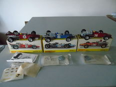 Dinky Toys- France - Scale 1/43 - Lot of 3 race cars: Matra F1 No.1417, Ferrari F1 No.1422 and Surtees TS5 No.1433