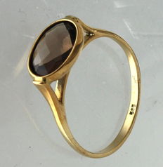 Yellow gold solitaire ring, 14 kt, with smoky quartz