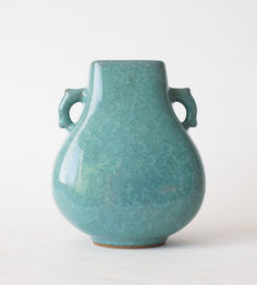 Remarkable Tachikichi vase with a teal 'broken ice' glaze – Japan – Late 20th century