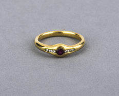 Yellow gold ring with brilliant cut diamonds and a central round cut ruby – Ring size: 14
