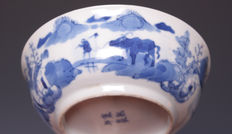 Mooie blauw wit porseleinen kom, fijn decor van figuren in een landschap - China - ca. 1900